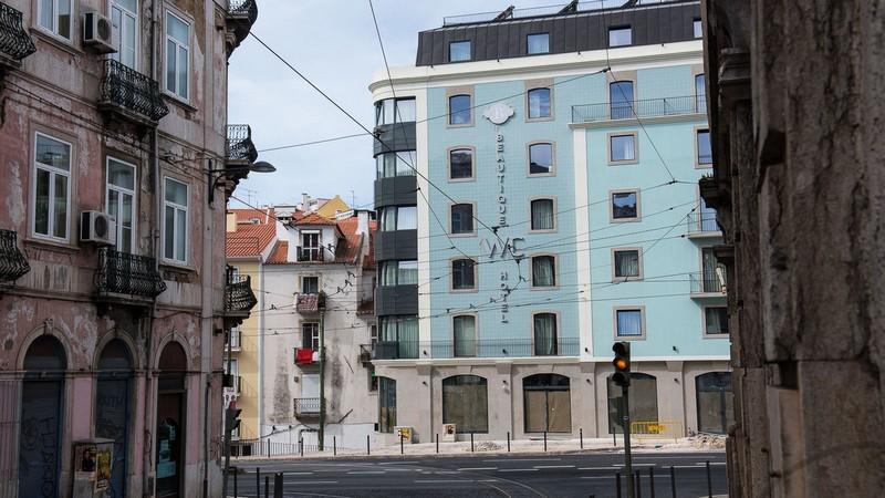 Meet The Stunning Beautique WC Hotel in Lisbon, Portugal #luxurybathroomsbrands #luxurybathroomsdesigns #luxurybathroomsimages #allwhitebathrooms http://luxurybathrooms.eu @mvalentinabath