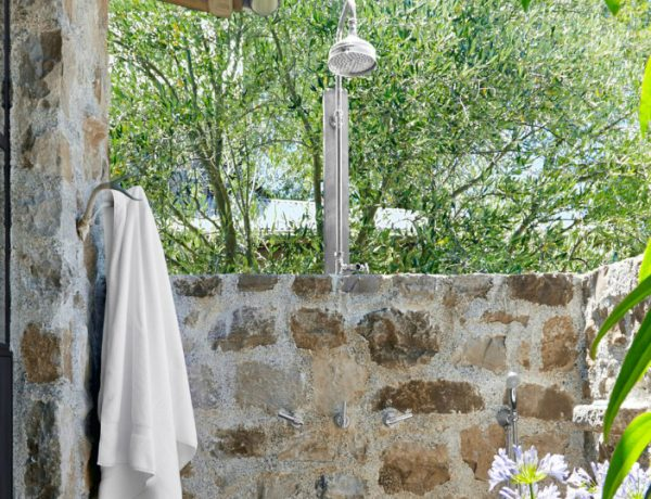 outdoor showers 7 Exceptional Outdoor Showers that Will Leave You Craving for More featured 18 600x460