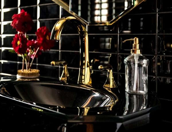 Fall In Love With This Exquisite All Black Bathroom Design Project all black bathroom design Fall In Love With This Exquisite All Black Bathroom Design Project Fall In Love With This Exquisite All Black Bathroom Design Project capa 600x460